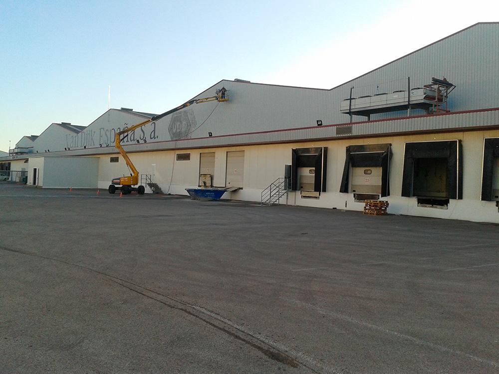 Trabajos de pintura en fachada de chapa de nave industrial