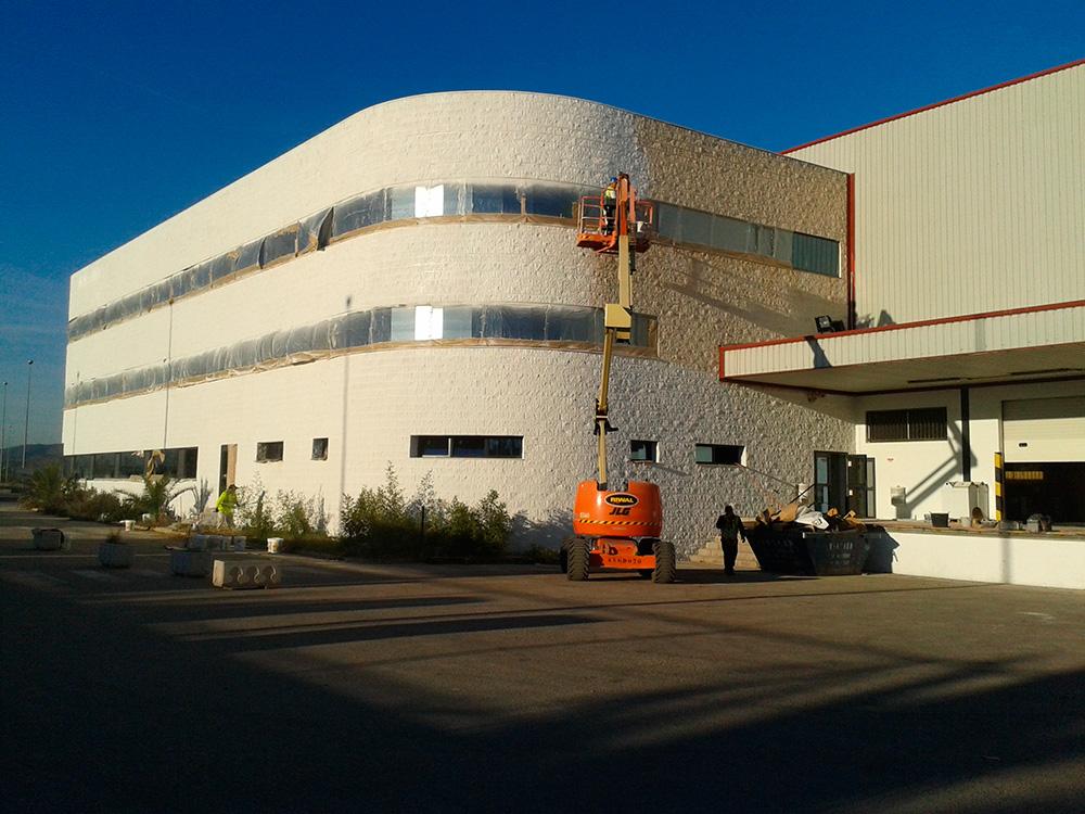 Trabajos de pintura en fachada oficinas de nave industrial