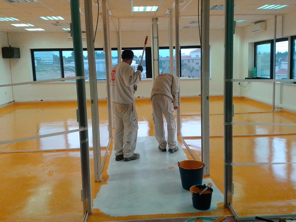 Trabajos de pintura en suelo oficinas