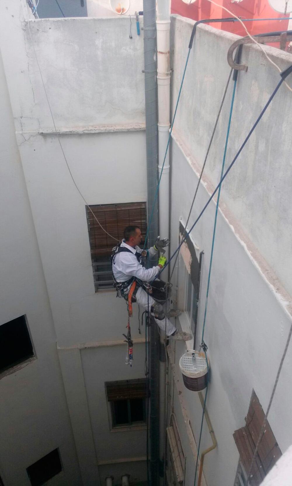 Saneado, aplicación mortero estructural y aplicación revestimiento en deslunado calle Manuel estelles